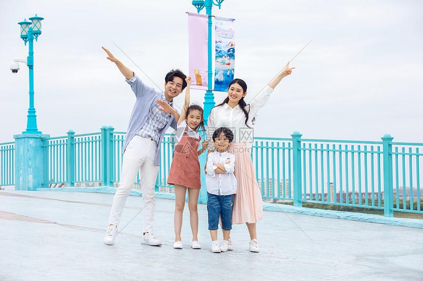 年轻家庭假日出游图片