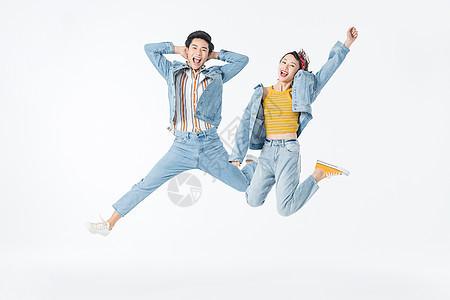 复古情侣跳跃图片