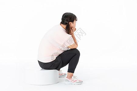 胖女孩坐着思考图片
