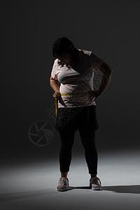 胖女孩自己量腰围图片