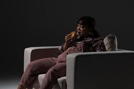 胖女生吃汉堡图片