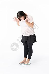 胖女生量体重图片