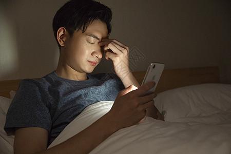 男子熬夜玩手机图片