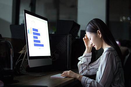 商务女性熬夜加班图片