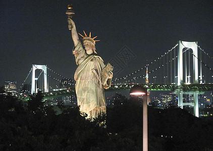 东京地标自由女神雕像和彩虹桥夜景图片