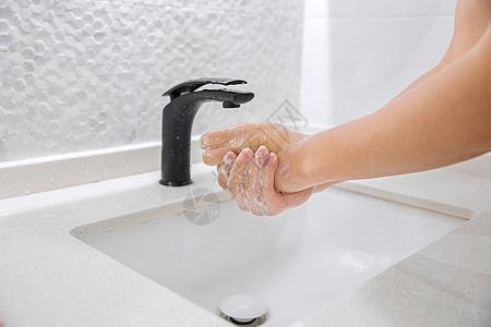 男性卫生间洗手图片