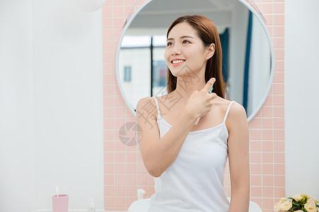 美女居家喷香水图片
