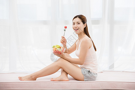 美女居家吃水果图片