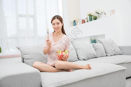 美女居家吃绿色食品图片