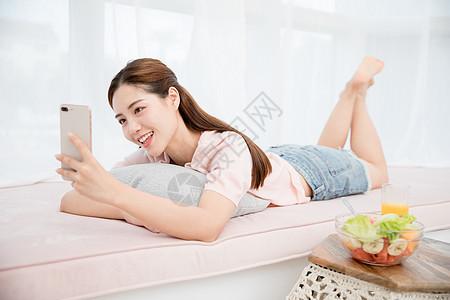 美女居家玩手机图片