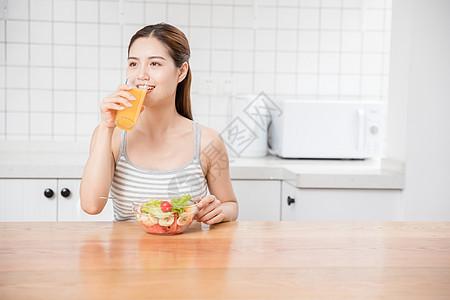 美女居家喝果汁图片