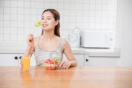 美女居家早餐图片