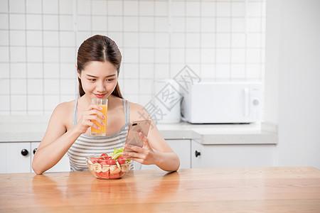 美女居家早餐看手机图片