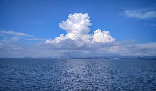 大理洱海海边云彩蓝天白云图片