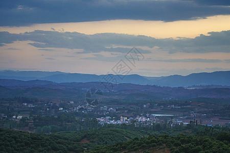 云南高原地区傍晚日落时的村庄图片