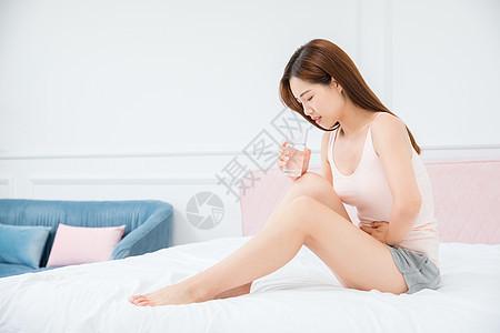 美女居家腹痛图片