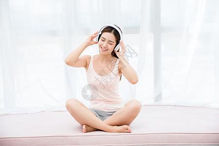 美女居家听音乐图片