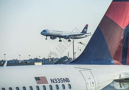 一架正在美国机场降落的飞机图片
