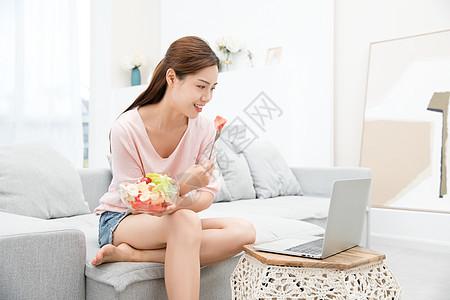 美女居家看电脑图片