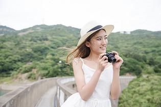 清新美女海岛拍照图片