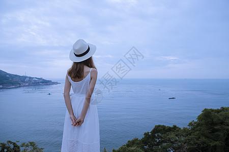 夏日海边清新美女背影图片