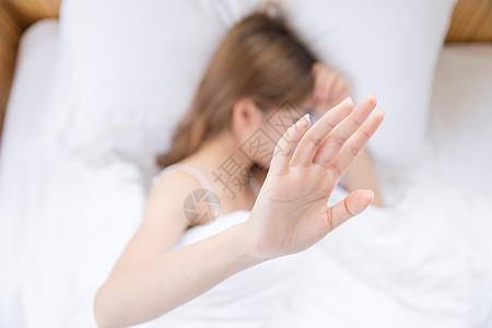 年轻女性赖床拒绝图片