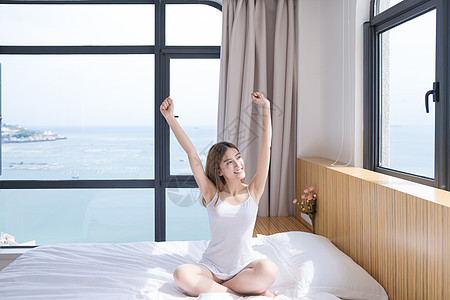 年轻女性起床图片