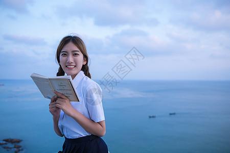 海边可爱学生阅读图片