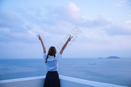 夏日海边黄昏女孩背影图片