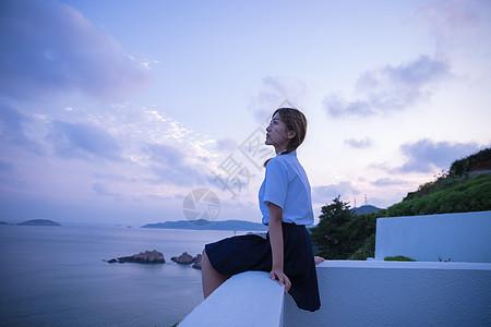夏日黄昏海边美女图片