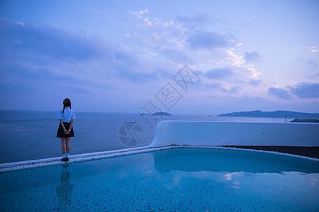 夏日黄昏泳池美女背影图片