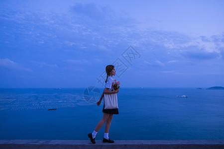 夏日黄昏海边文艺美女图片