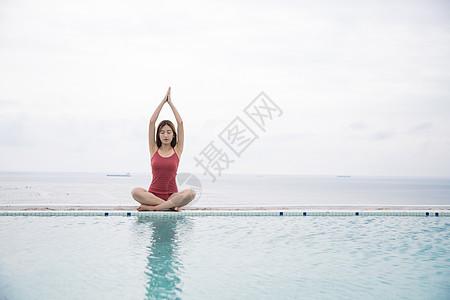 海边泳池美女做瑜伽图片