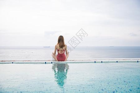 海边泳池美女瑜伽背影图片