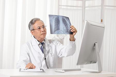 看放射片的老年医生图片