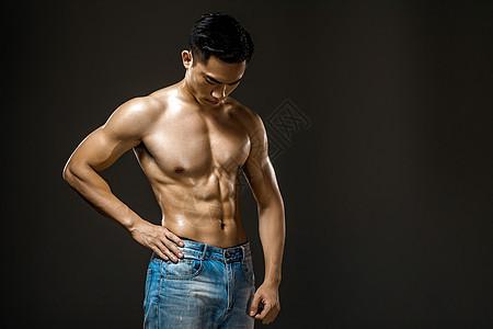 运动男性肌肉展示图片