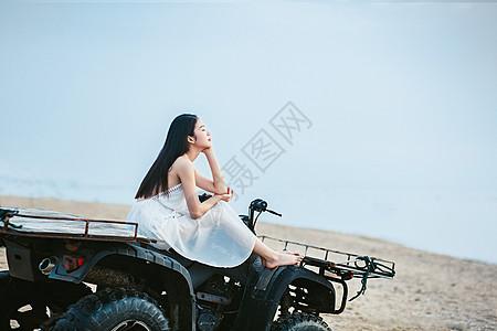 坐海边沙滩车上的女生图片