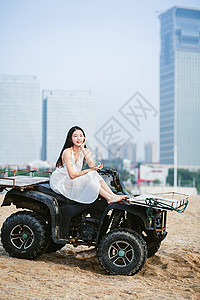 坐沙滩车的美女图片