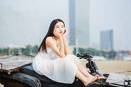 坐沙滩车的女孩图片