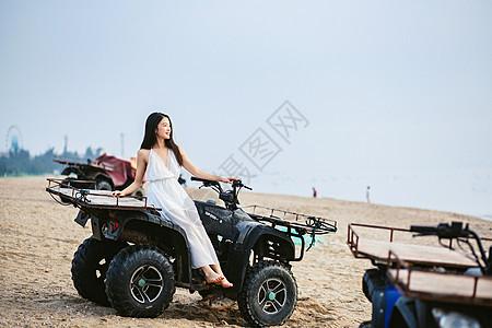 海边坐沙滩车的美女图片