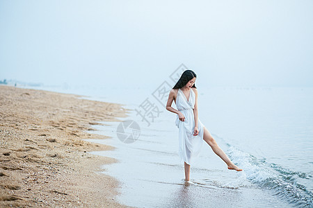 海边玩水的女生人像图片