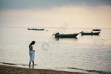 日出海边人像图片