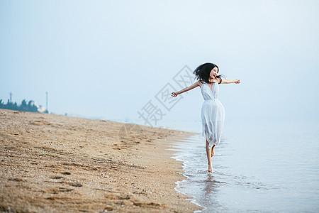 海边跳跃美女图片