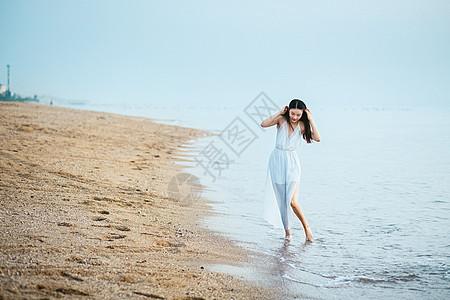 漫步沙滩海边人像图片