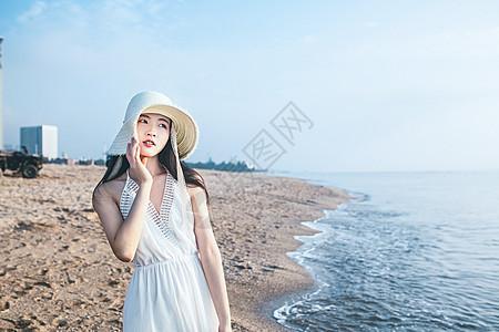 海边戴草帽的女生人像图片