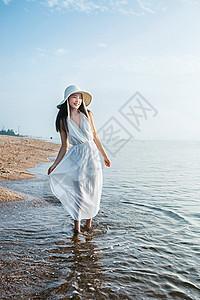 漫步海边的女生图片