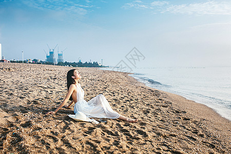海边休闲女孩人像图片