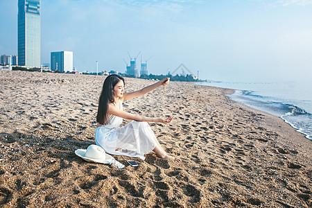 沙滩玩沙子美女图片