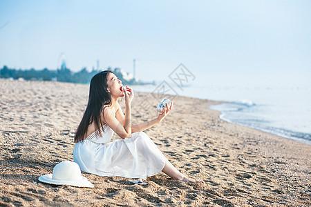 海边吃零食的女孩图片