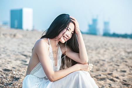 沙滩听音乐美女人像图片